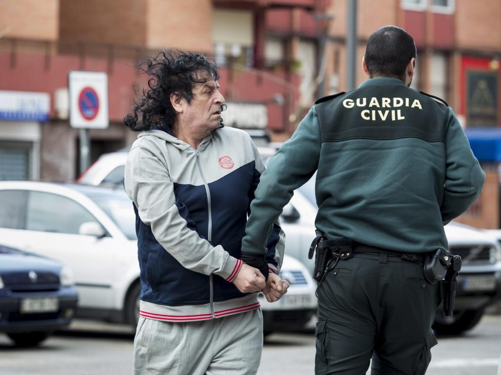 El presunto autor del disparo, custodiado por la Guardia Civil durante su traslado al juzgado.