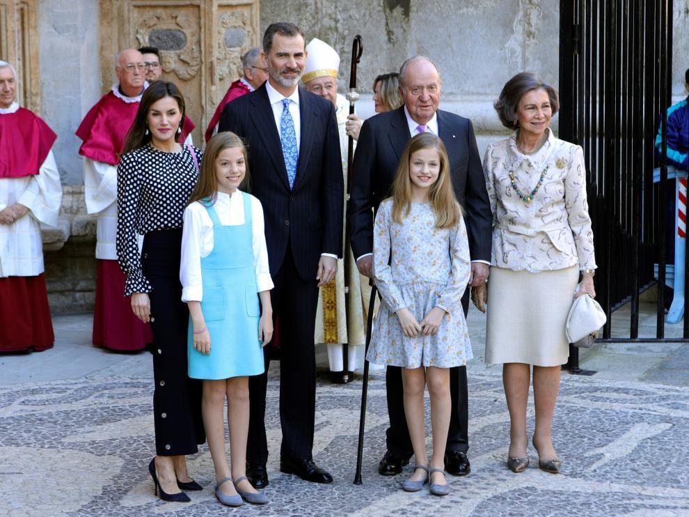 Es el cuarto año consecutivo que don Felipe y doña Letizia acuden con sus hijas a la misa pascual en la seo de Palma