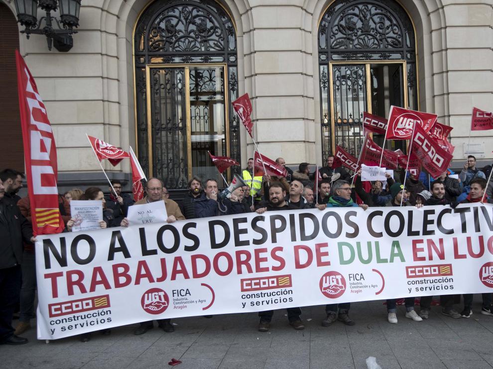 Concentración de la plantilla de Dula el pasado 22 de marzo en la plaza de España de Zaragoza