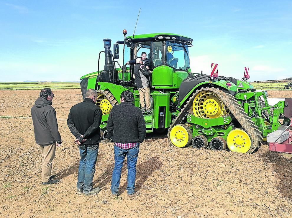 Responsables de Lamusa y Servicios y John Deere entregan el potente tractor a los responsables de Granja San José.