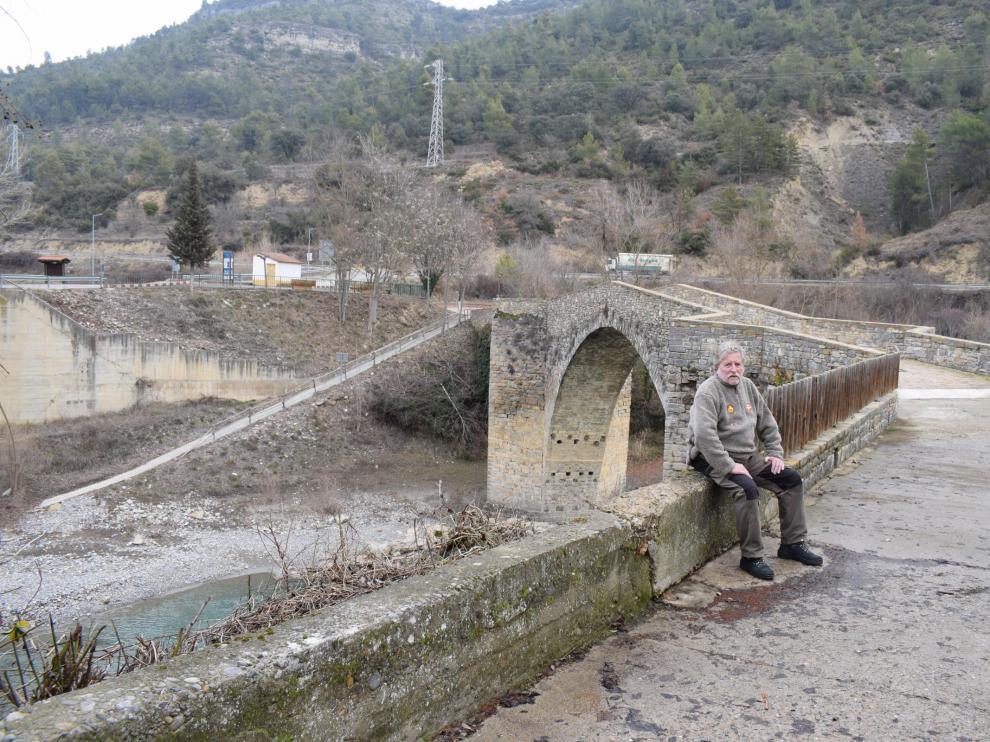 José María Lacoma, en las afueras del pueblo, ante uno de los imponentes puentes medievales.