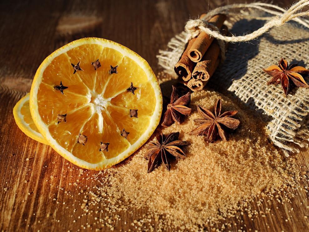 Para acabar con los malos olores de la cocina, un cítrico y algunos clavos serán el remedio eficaz.