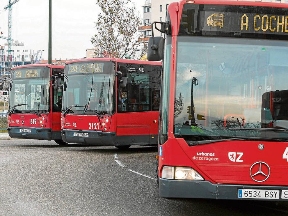 Tres autobuses urbanos se dirigen a cocheras durante la última huelga