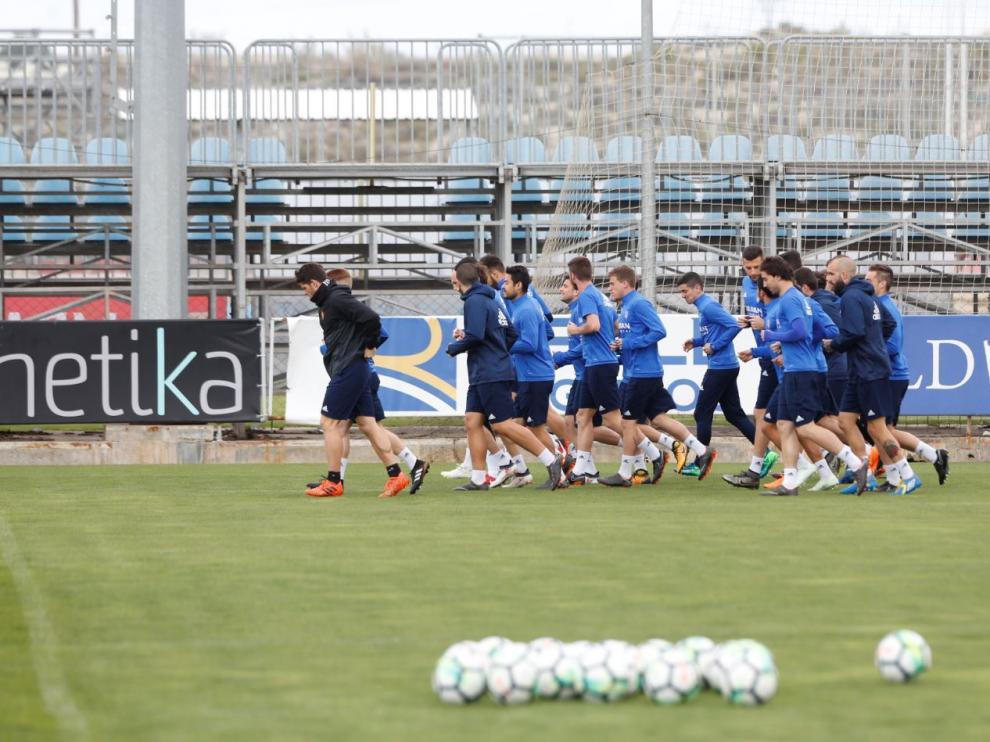 La plantilla del Real Zaragoza, sin Benito ni Buff, en el entrenamiento matinal de este martes en la Ciudad Deportiva.