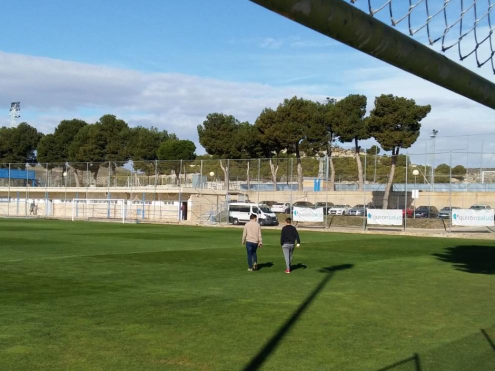 Lalo Arantegui (izda.) y Aleix Febas (dcha.) caminan a solas por el campo de entrenamientos del Real Zaragoza tras salir del despacho del director deportivo este martes en la Ciudad Deportiva.