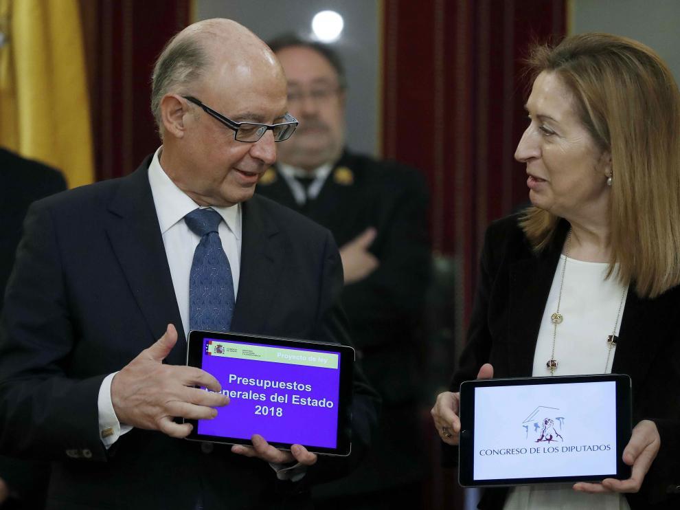 Cristobal Montoro junto a Ana Pastor este martes en el Congreso.