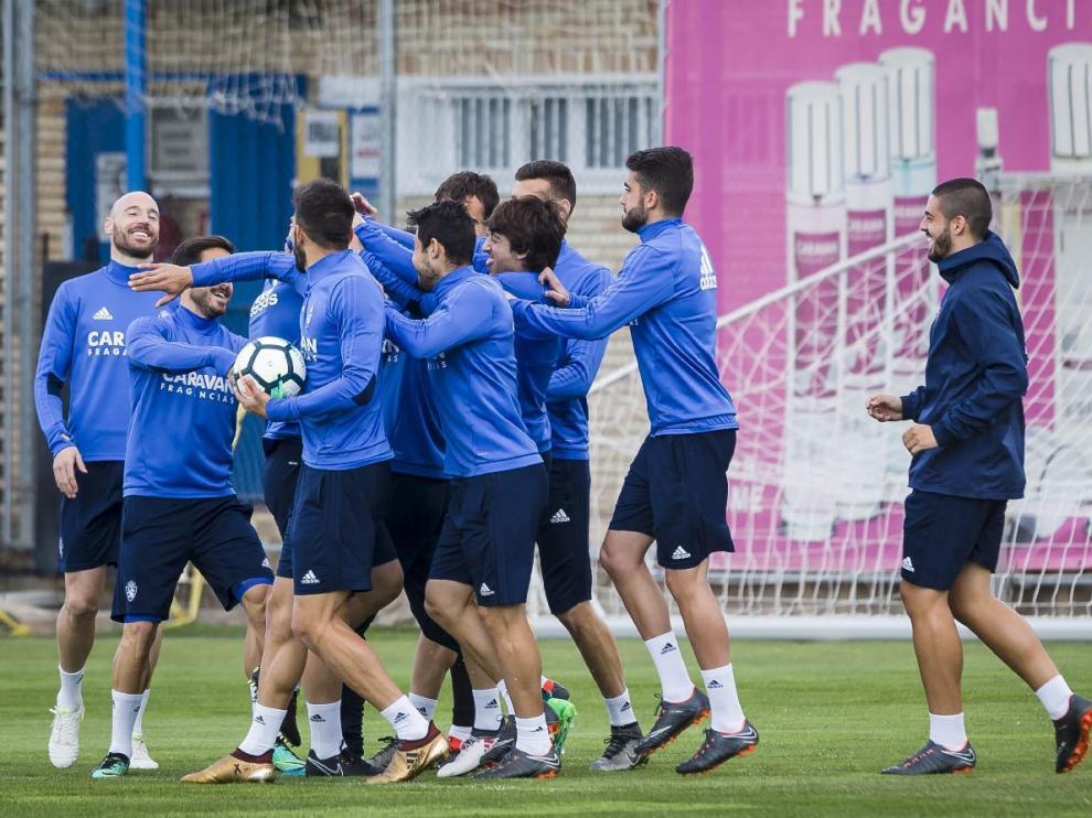 La plantilla del Real Zaragoza, sonriente y feliz tras el triunfo en León, al inicio del primer entrenamiento de la semana, este martes en la Ciudad Deportiva.