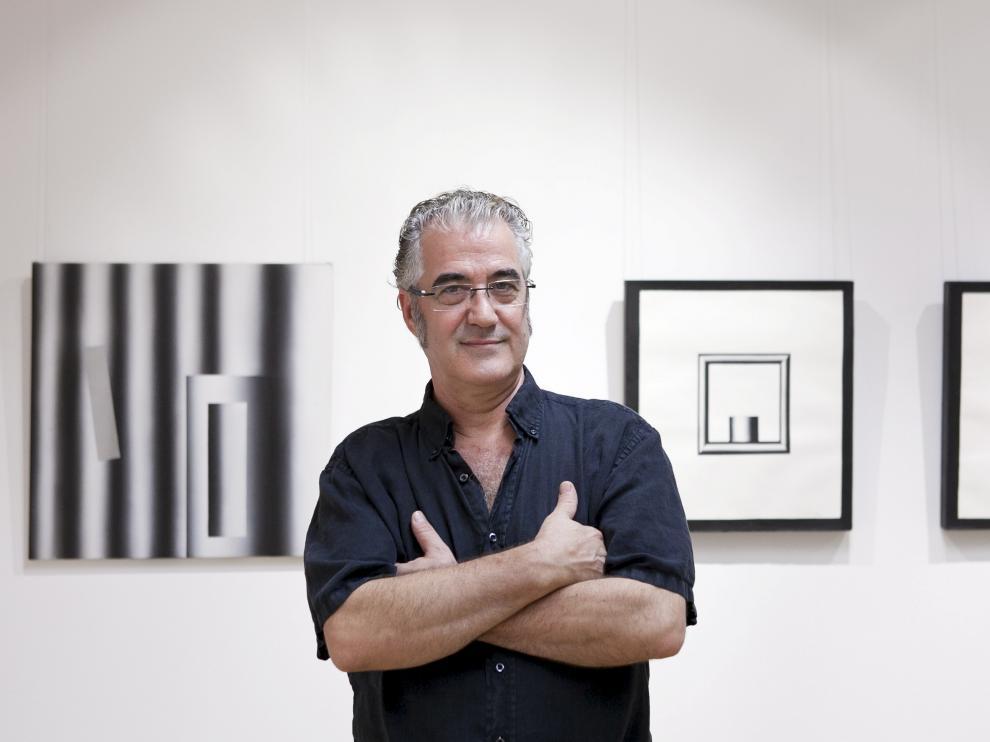 Sergio Abraín en una exposición de 2014. Al fondo, su mundo de tubos, de máquinas y geometría.