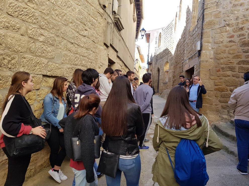Un grupo de turistas recorre la judería de Uncastillo durante una visita guiada.