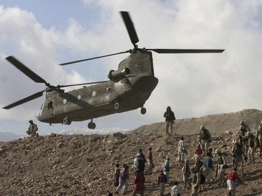 Un helicópero CH-47 Chinook del ejército estadounidense tomando tierra en Sarobi, Afganistán.