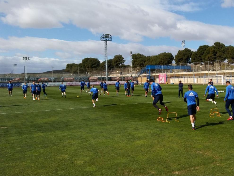 La plantilla del Real Zaragoza, sin Benito ni Buff, durante el entrenamiento de este miércoles en la Ciudad Deportiva.