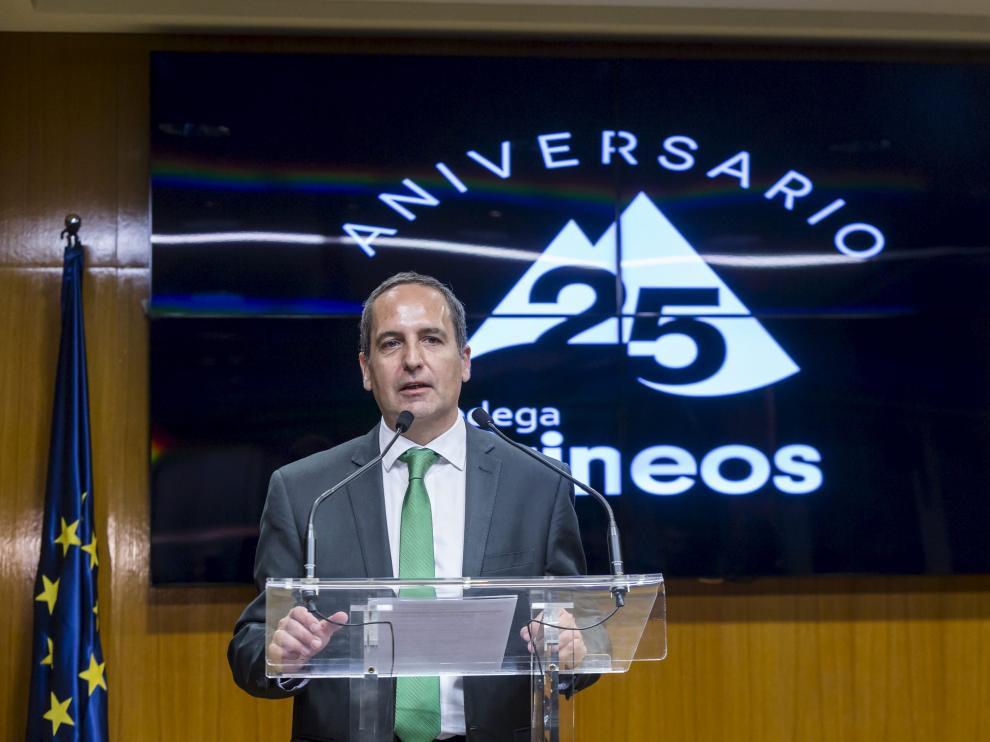 El enólogo de Bodega Pirineos, Jesús Astrain, recibe un premio por su trayctoria enológica durante la celebración del 25 aniversario de la firma del Somontano
