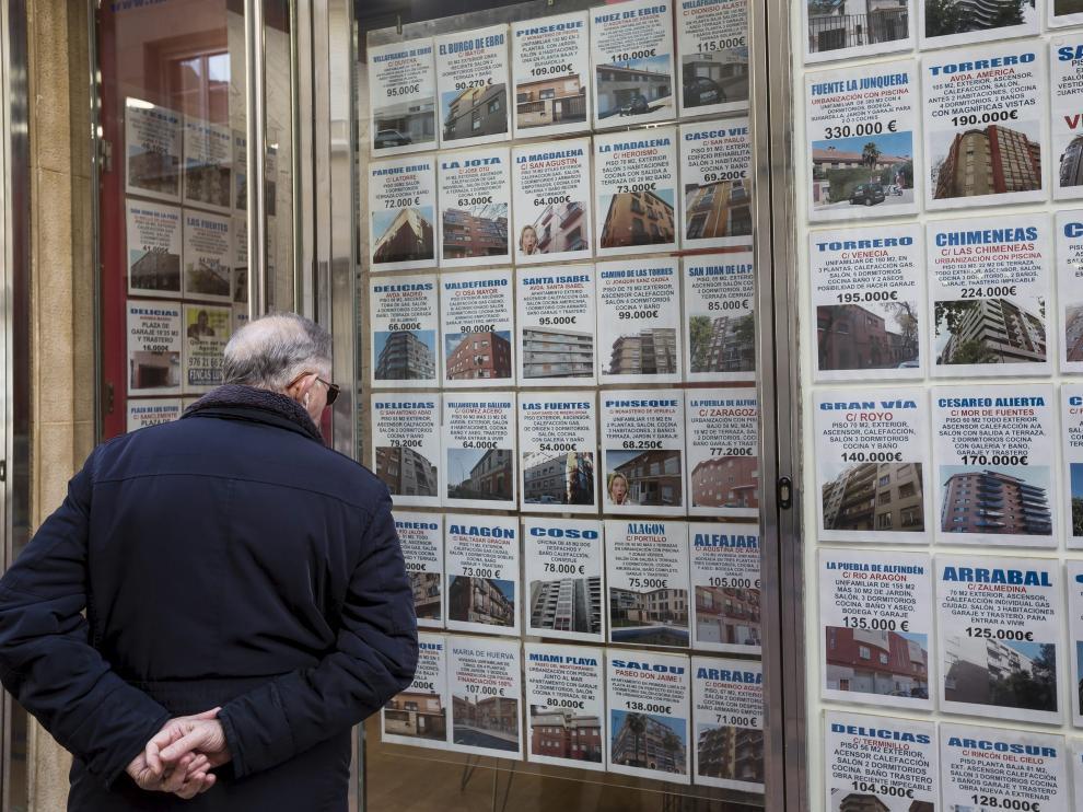 Un hombre observa la oferta inmobiliaria disponible en Zaragoza