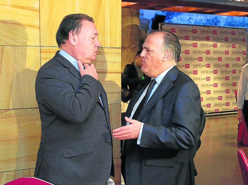 Javier Tebas (a la derecha) conversa con el presidente de la SD Huesca, Agustín Lasaosa