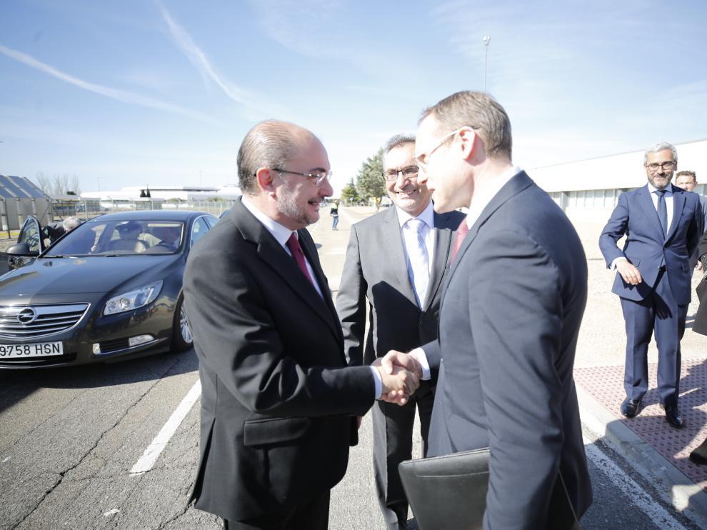Rémi Girardon, director de Manufacturas y Cadena de Suministro de Opel, acompañado por el director general de Opel España, Antonio Cobo, saluda al presidente de Aragón, Javier Lambán, a su llegada a la factoría de Figueruelas.