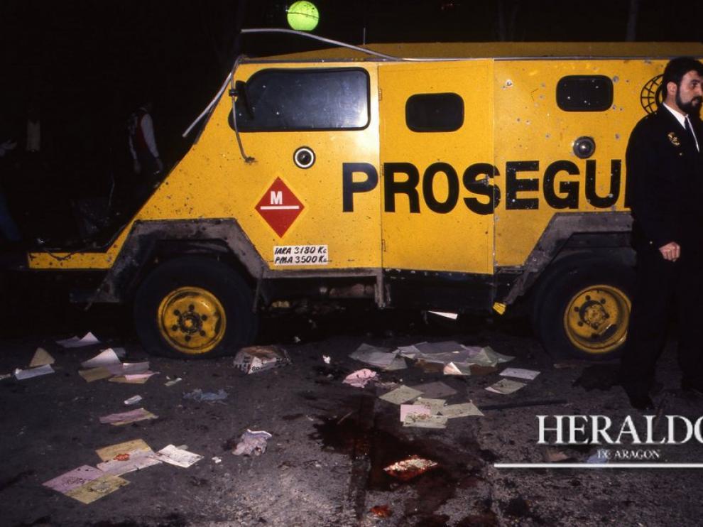 Miembros del Cuerpo de Bomberos y de la Cruz Roja tuvieron que presenciar un espectáculo dantesco. Durante más de dos horas estuvieron recogiendo cadáveres y restos de las víctimas que quedaron desperdigados en un radio de unos 100 metros en medio de un reguero de sangre.