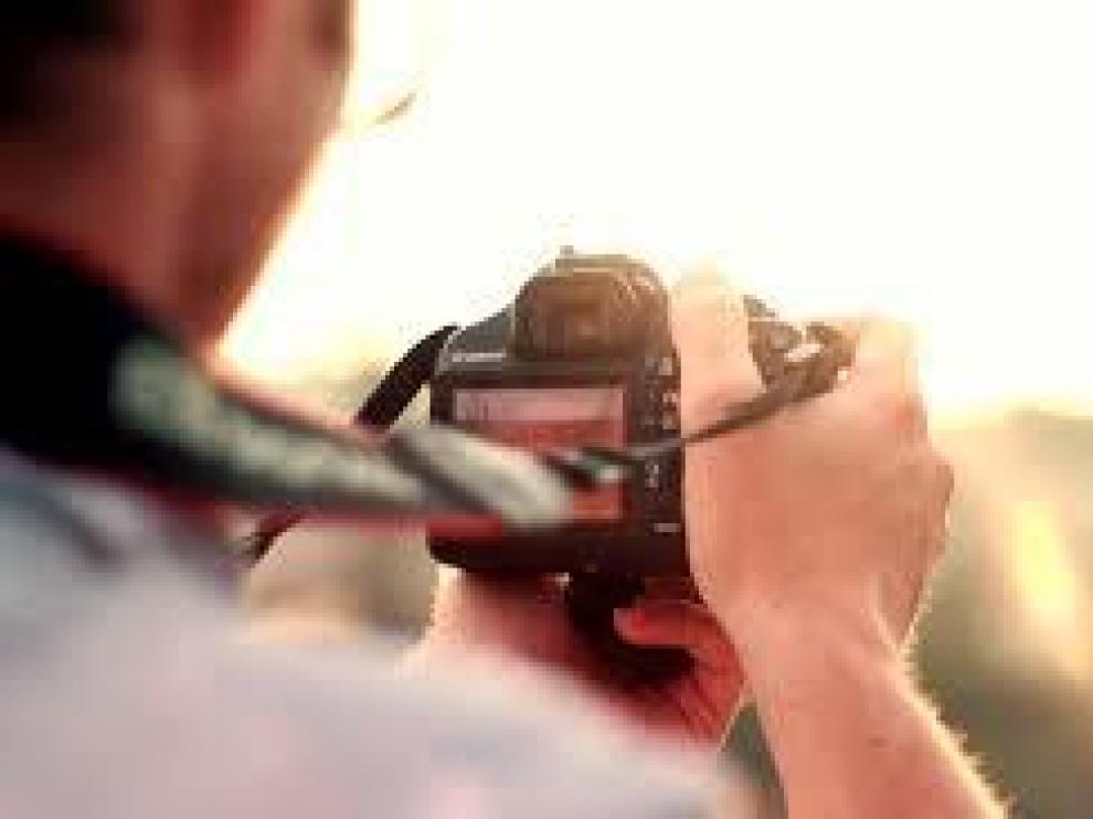 El fotógrafo enviaba a los menores imágenes de contenido sexual explícito.
