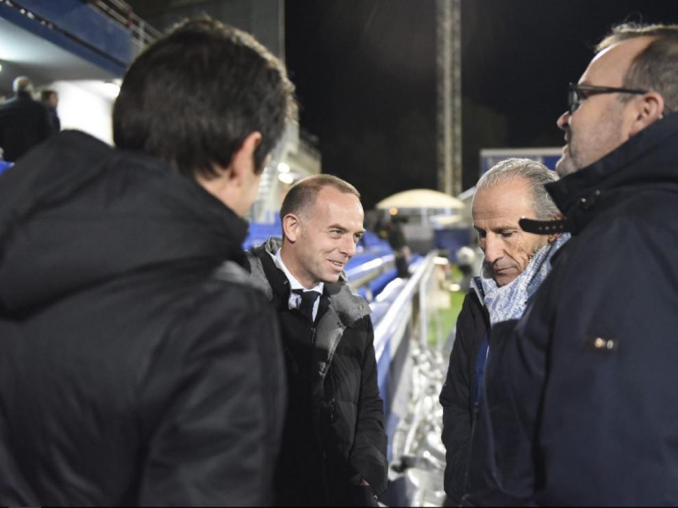 Lapetra, Petón y Sainz de Varanda, el 6 de noviembre pasado, sobre el césped de El Alcoraz minutos antes de jugarse el partido Huesca-Real Zaragoza de la primera vuelta.