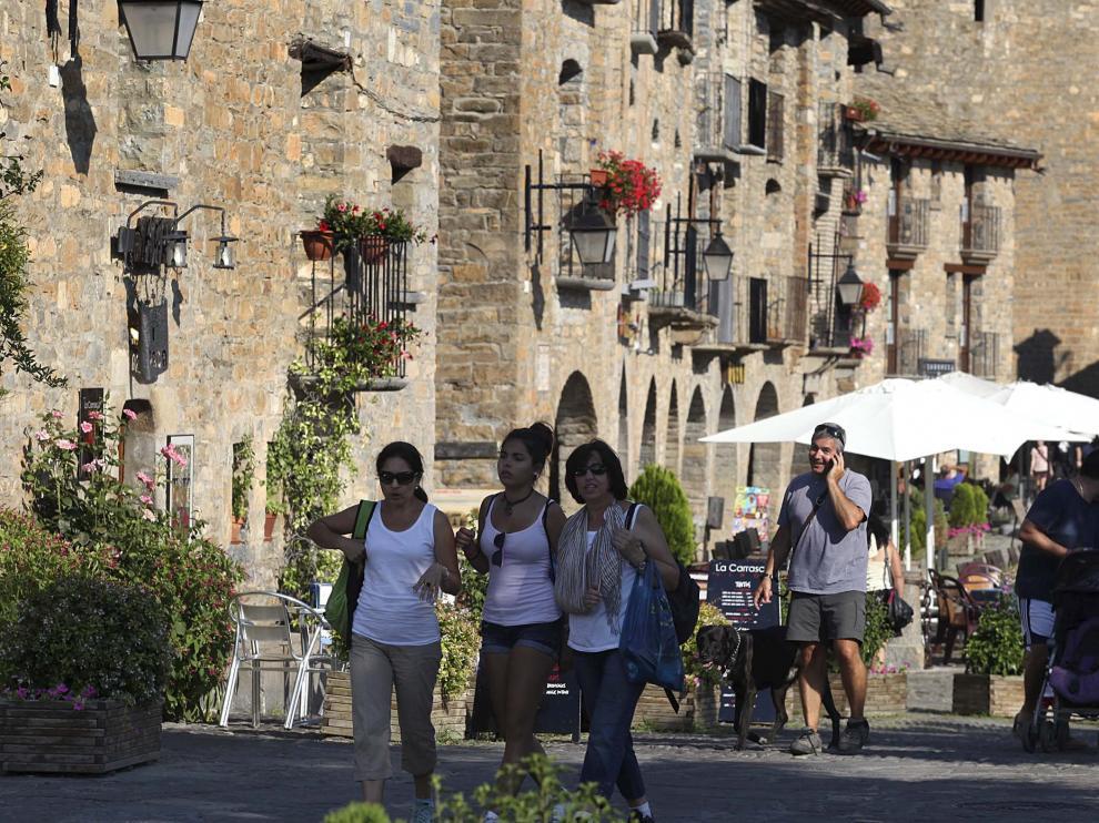 Imagen de archivo de la plaza de Aínsa, con numerosos turistas.