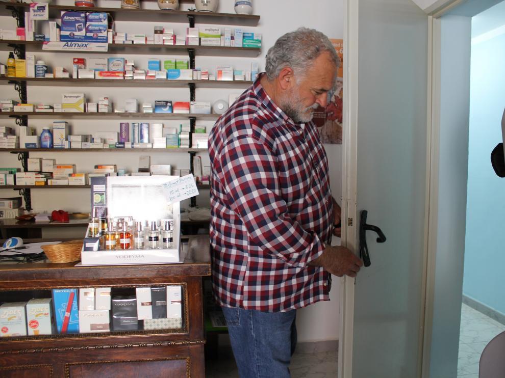 El alcalde de la localidad, Armando Sanjuan, muestra la puerta forzada para acceder a la zona de botiquín del mismo.
