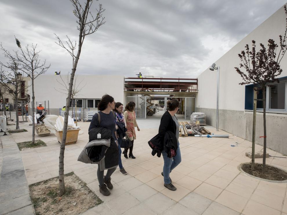 Las representantes de las asociaciones de padres y de vecinos entran al nuevo colegio de Valdespartera 3, ayer.