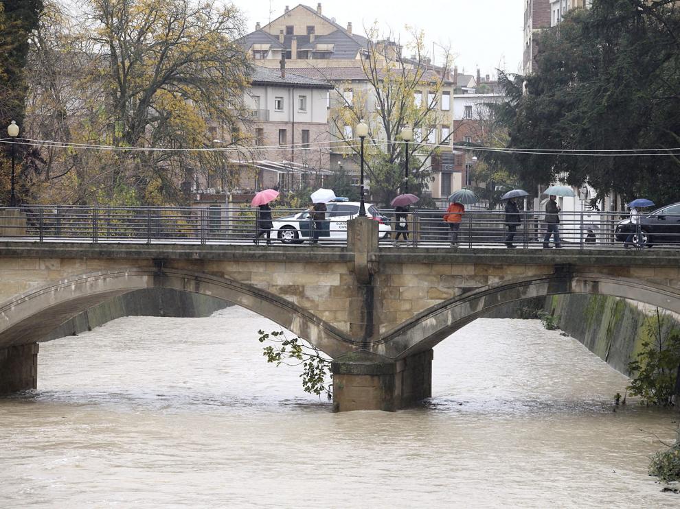 Una imagen del río Vero, desbordado, a su paso por Barbastro.