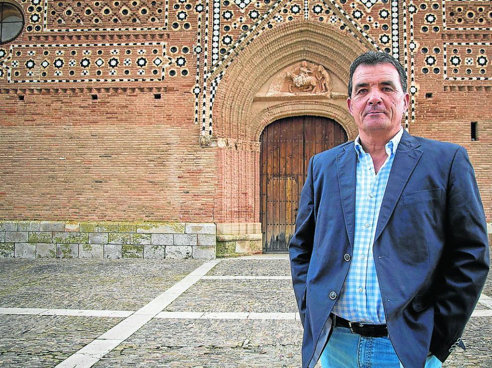 El alcalde de Morata de Jiloca, ante la fachada de la iglesia de San Martín de Tours.