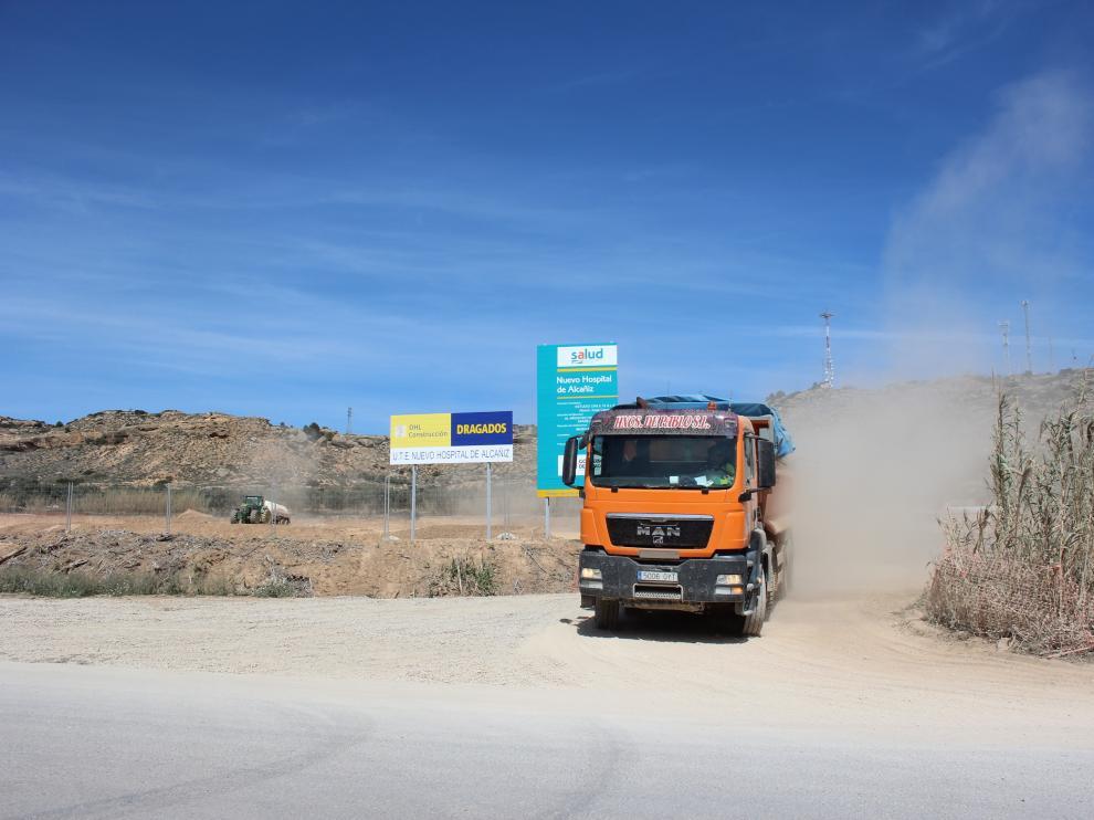 Movimiento de tierras en el solar del futuro hospital de Alcañiz.