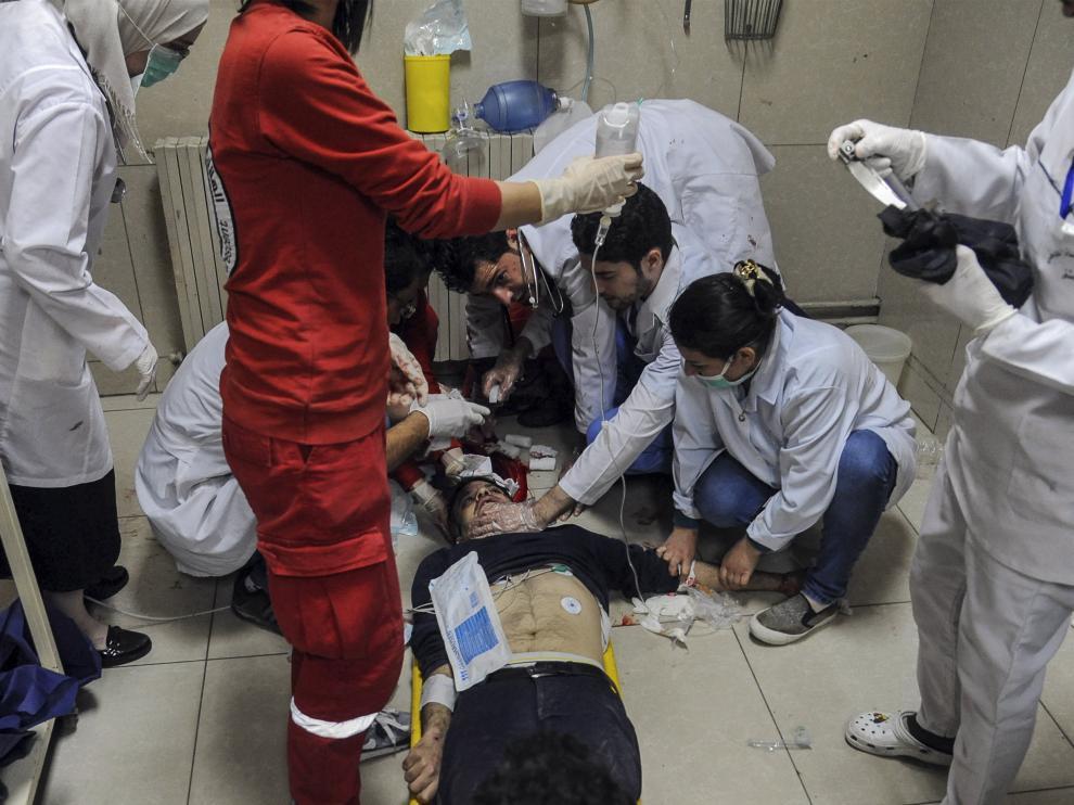 Personas heridas reciben atención médica en un hospital de Damasco