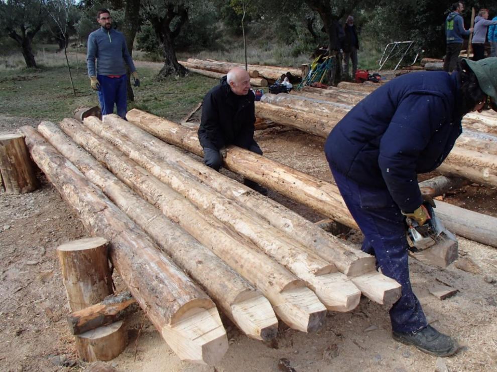 La Asociación Nabateros D'a Galliguera haciendo la mortesa con los troncos para construir las navatas que descenderán por el Gálego.