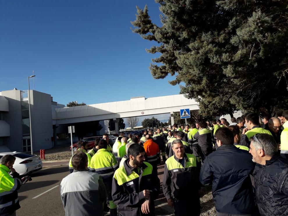 Imagen de una de las concentraciones realizadas el pasado 26 de marzo, si bien todos los días hay protestas del personal de mantenimiento en los distintos turnos