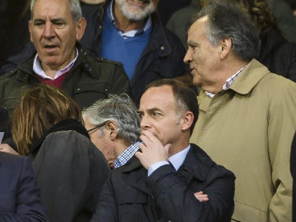 Christian Lapetra, el pasado sábado en el palco de La Romareda en el partido Real Zaragoza-Huesca, con el presidente de la Federación Aragonesa, Óscar Flé, en la fila de atrás.