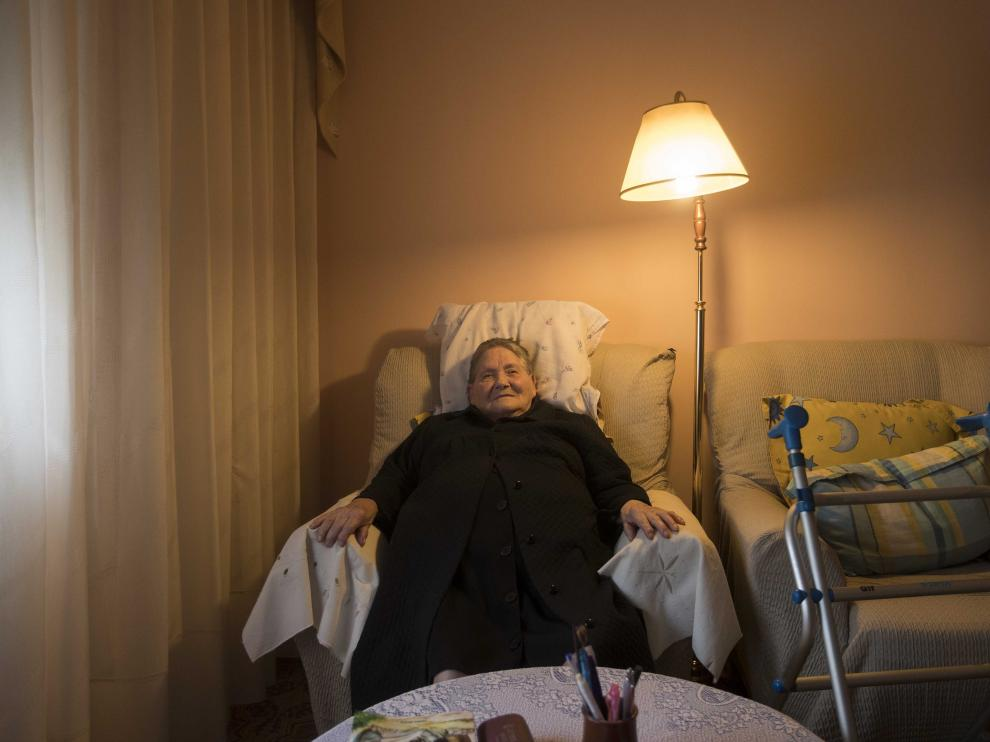 La zaragozana Carmen Hernández, de 93 años, en el salón una de las viviendas sin ascensor de Balsas Ebro Viejo.