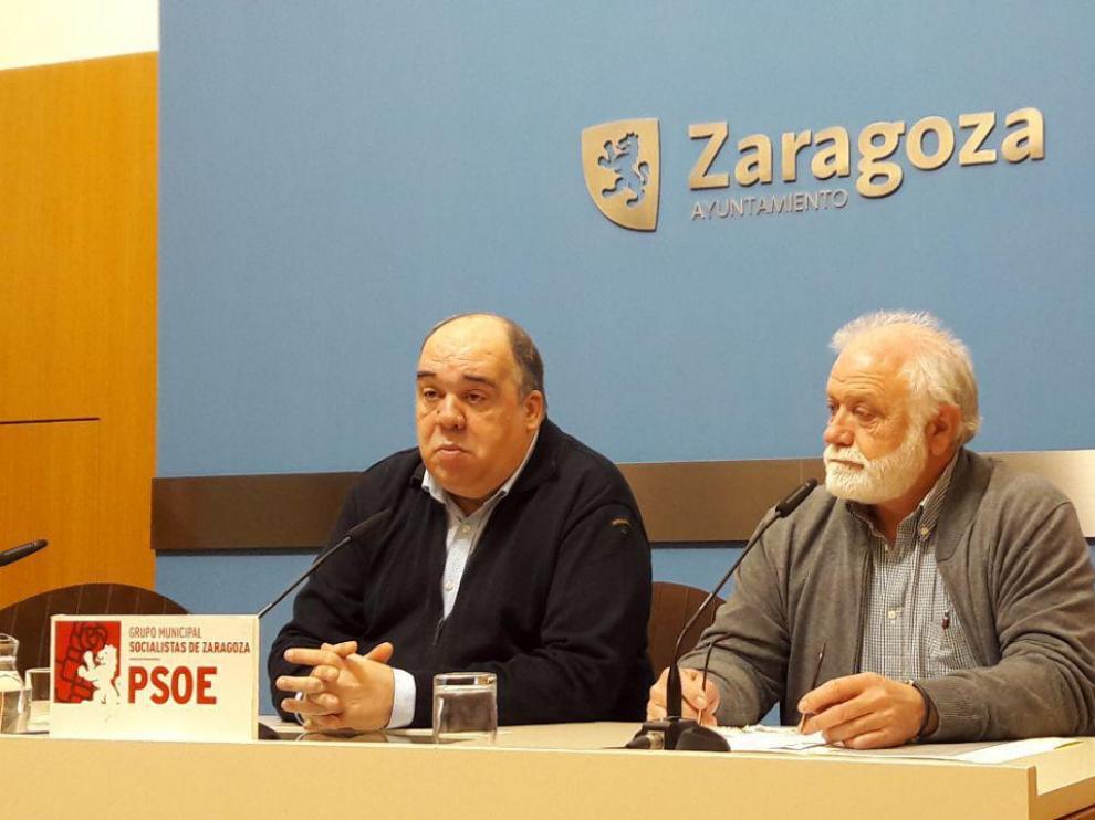 Roberto Fernández y Mariano Blasco, este lunes en el Ayuntamiento de Zaragoza.