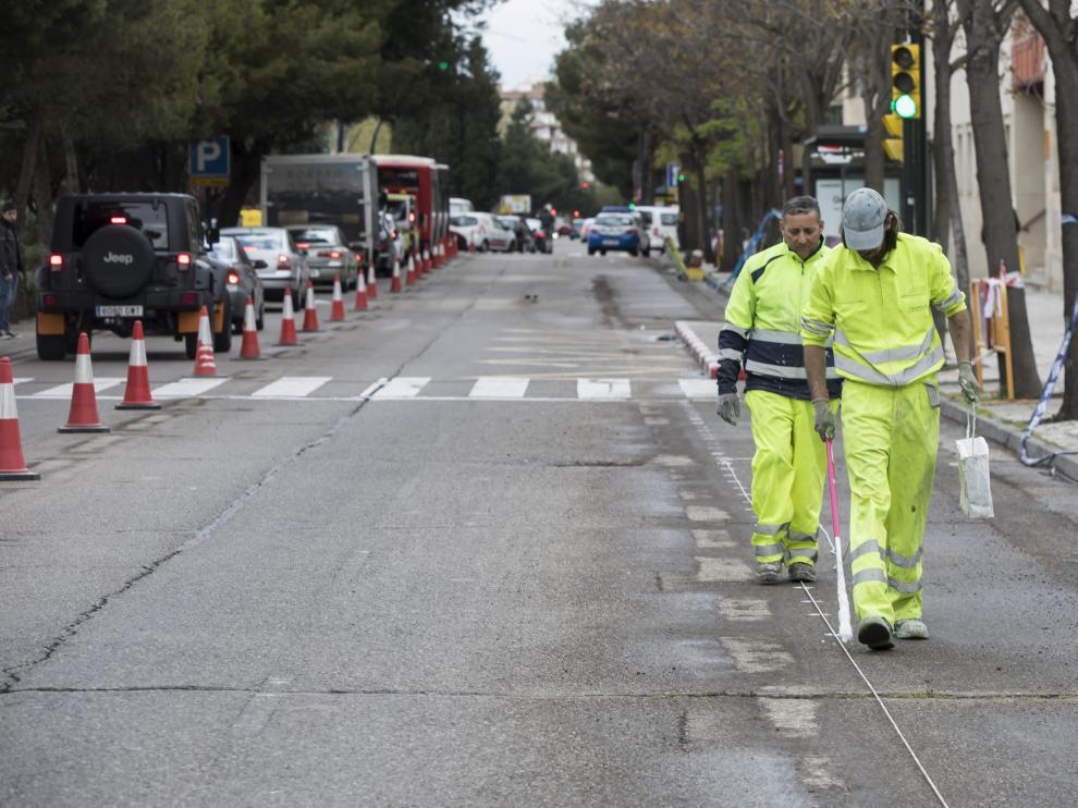 Dos operarios, este lunes en el inicio de los trabajos de construcción del nuevo carril bici.