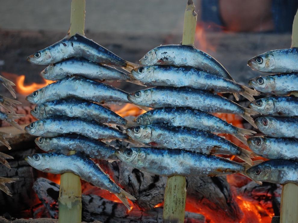 Los primeros establecimientos que ofrecían de forma comercial el espeto de sardinas como plato típicamente malagueño datan de 1882.