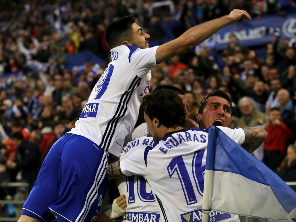 El capitán Zapater, en la piña de jugadores zaragocistas durante la celebración del gol de Javi Ros al Huesca el pasado sábado, con el rostro pletórico, poseído por la emoción del momento.