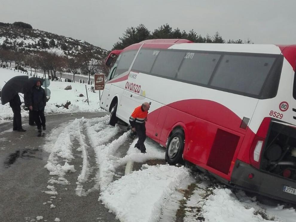 El autobús ha estado a punto de deslizarse por un terraplén y volcar