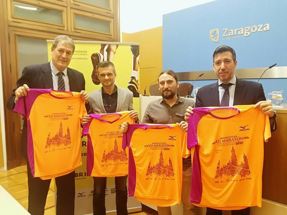 Arcega (Ibercaja), Constante (director de la carrera), Híjar (Ayuntamiento) y Peris (Mann Filter), con la camiseta del maratón.