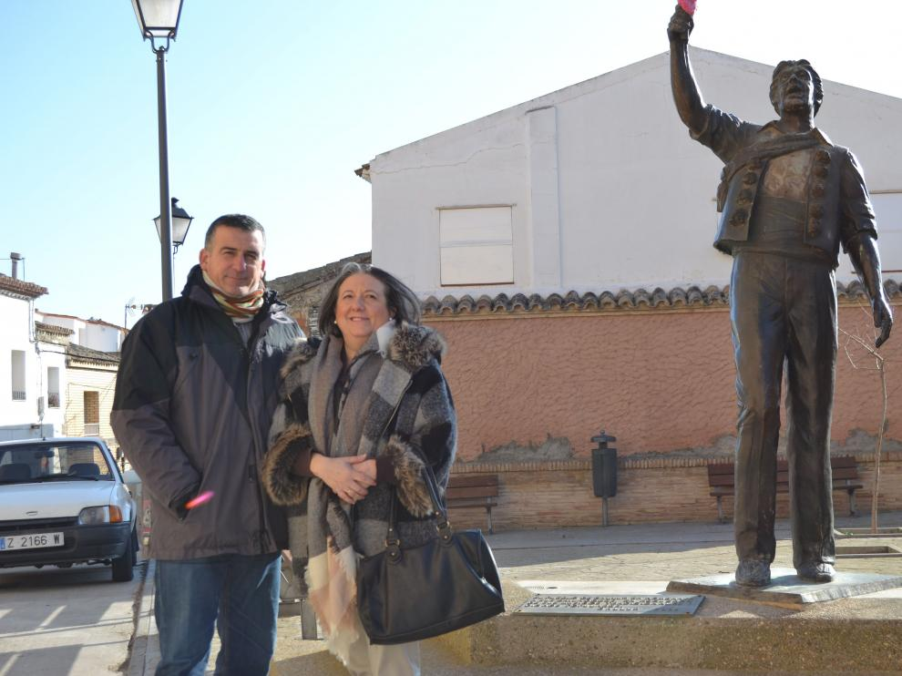 Luis y Alicia, de la Rondalla Navascués, junto al monumento a los danzantes de Gallur.