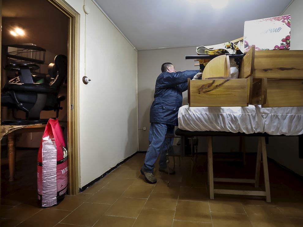Un vecino de Movera deja preparada su casa, antes de ser desalojado, para evitar en lo posible los daños por la riada.