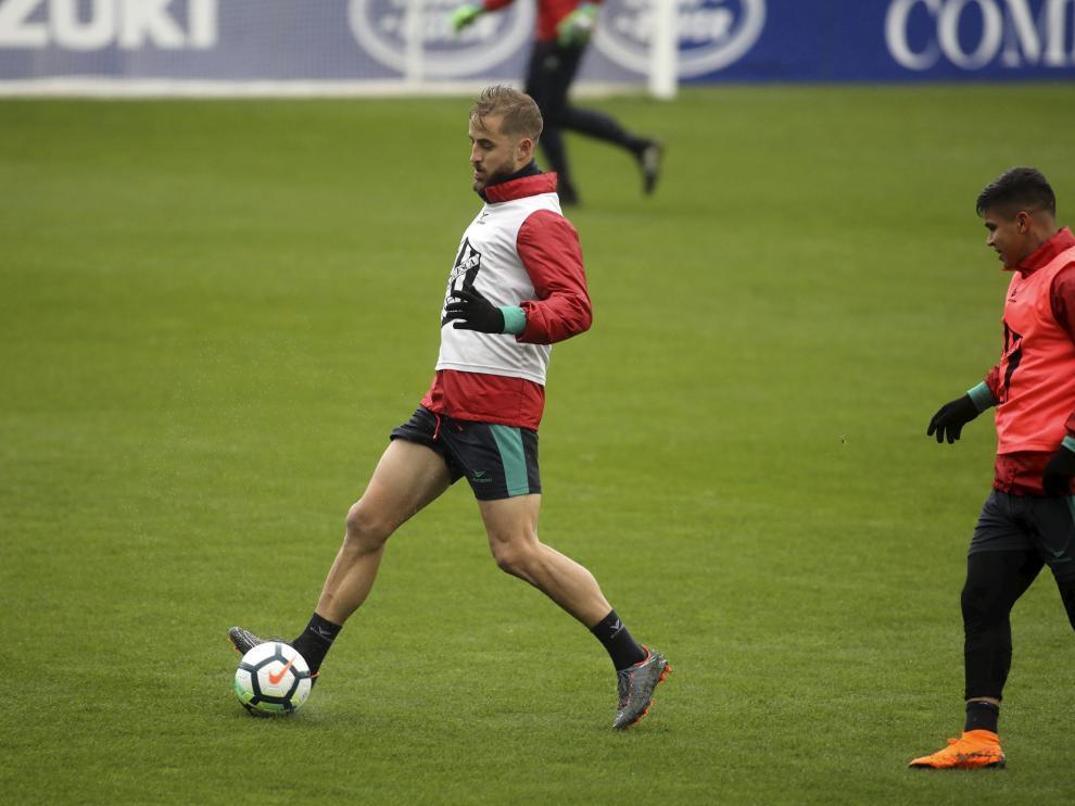 Jorge Pulido conduce el balón ante Cucho Hernández en el entrenamiento de este martes.