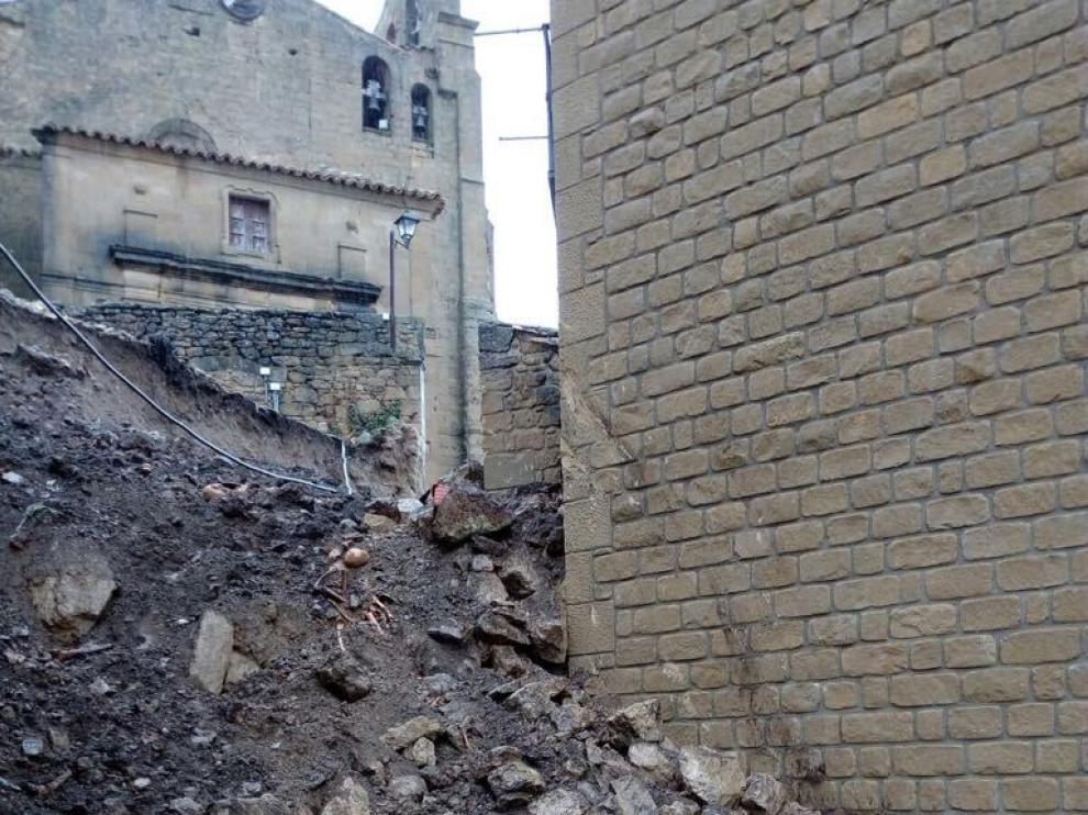 La intensa lluvia provoca la caída del muro del castillo de Luesia