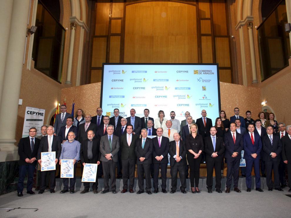 Los premiados, con el presidente aragonés, Javier Lambán, y el presidente de Cepyme, Antonio Garamendi