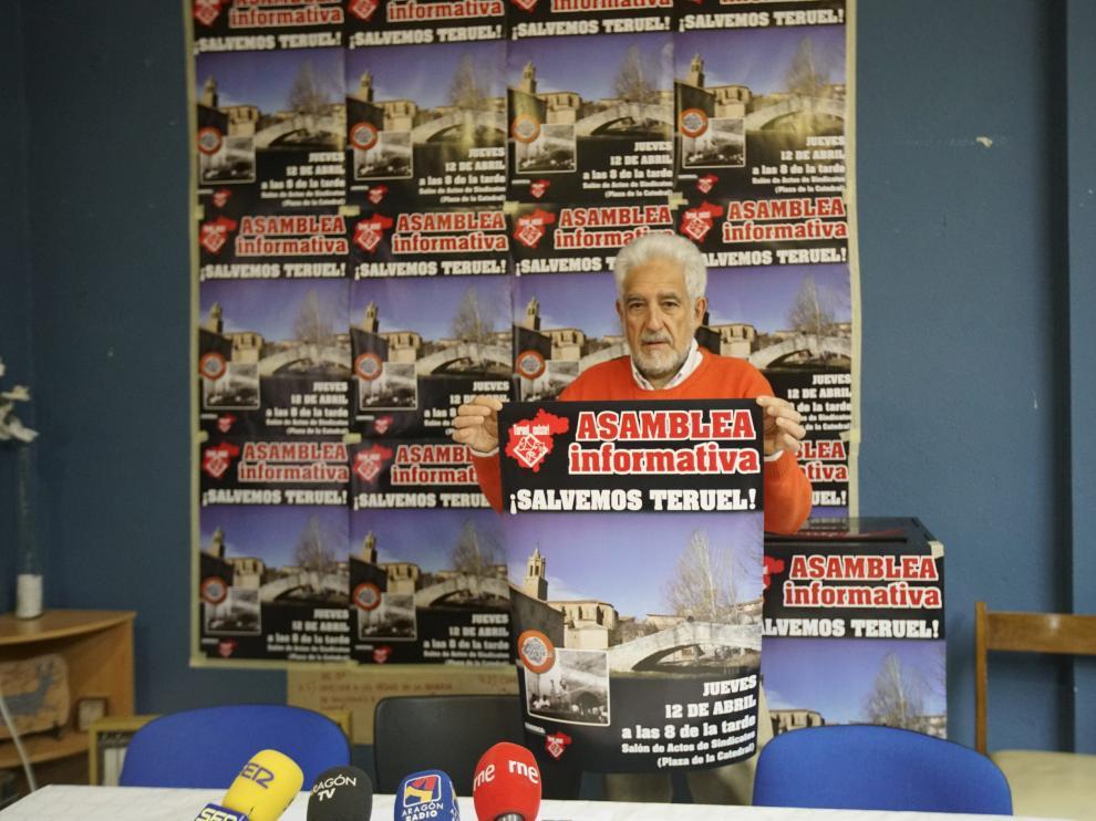 Manuel Gimeno, de Teruel Existe, muestra el cartel convocando a la asamblea ciudadana de esta tarde
