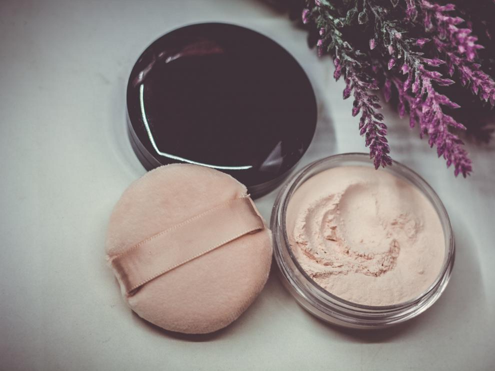 Un truco para arreglar el maquillaje en polvo consiste en agregar unas pocas gotas de alcohol.