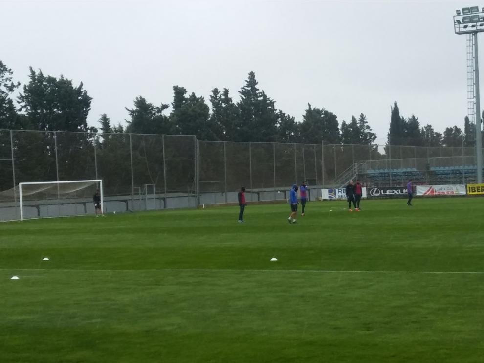 Un momento, al inicio del entrenamiento de este miércoles, en el que Natxo González trabaja específicamente con el cuarteto defensivo.
