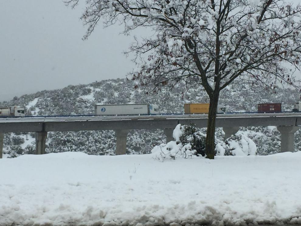 Camiones atascados en la subida hacia Ferreruela.