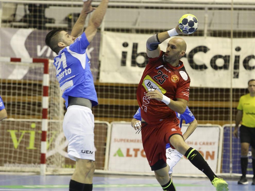 Marco Mira durante un partido de la presente temporada con el Bada Huesca en la liga Asobal