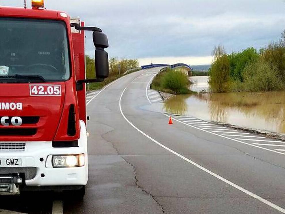 La crecida del Ebro ha obligado a cortar la carretera provincial CP-3 entre Boquiñeni y Pradilla.